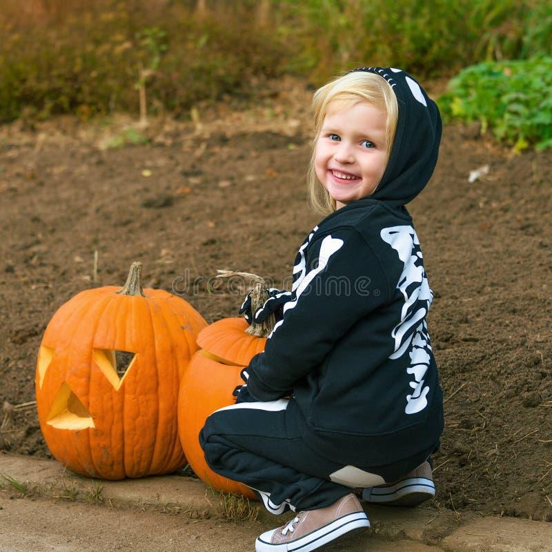 Niño sonriente con la calabaza Jack Oâ de Halloween €™Lantern fotografía de archivo libre de regalías