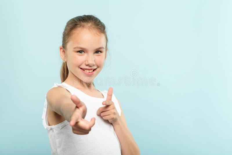 Niño sonriente confiado de la aprobación del éxito de la muchacha de la roca imagen de archivo