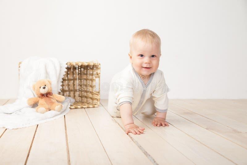 Niño sonriente de arrastre imagen de archivo libre de regalías