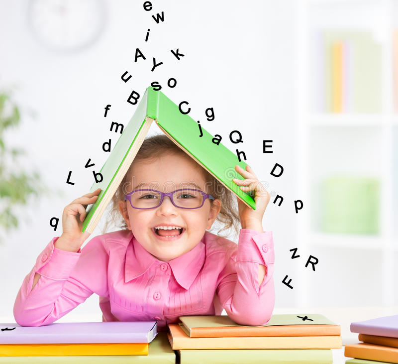 Niño sonriente elegante en los vidrios que toman el refugio debajo fotografía de archivo libre de regalías