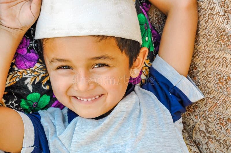 Niño sonriente en Bukhara en Uzbekistán fotografía de archivo