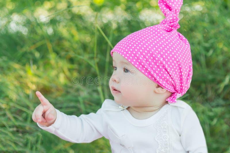 Niño sonriente en la hierba Sombrero en lunares Hierba verde Niño sonriente fotos de archivo