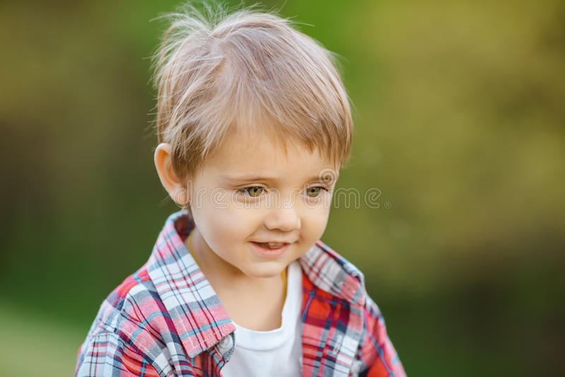 Niño sonriente feliz al aire libre fotos de archivo libres de regalías