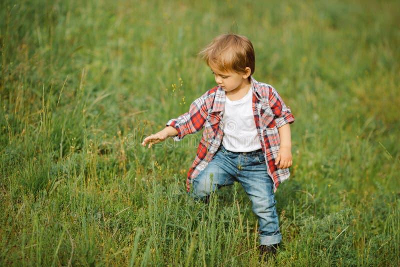 Niño sonriente feliz al aire libre fotografía de archivo libre de regalías