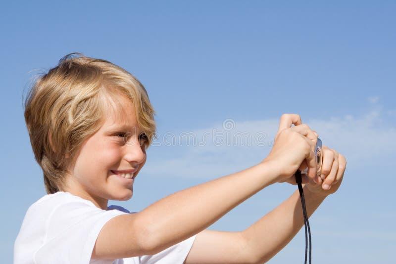 Niño sonriente feliz con la cámara imagen de archivo libre de regalías