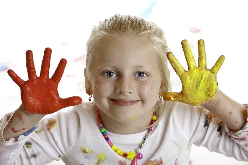 Niño sonriente feliz con las manos pintadas imagen de archivo