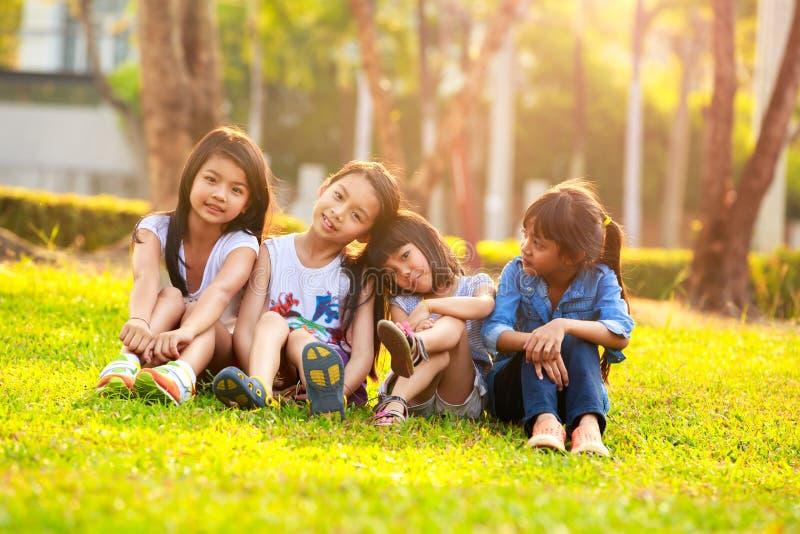 Niño sonriente feliz cuatro que juega en parque imagenes de archivo