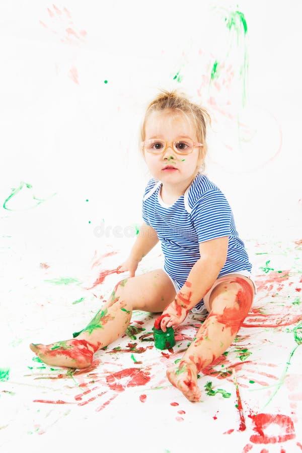 Niño sonriente feliz por completo con color imagen de archivo
