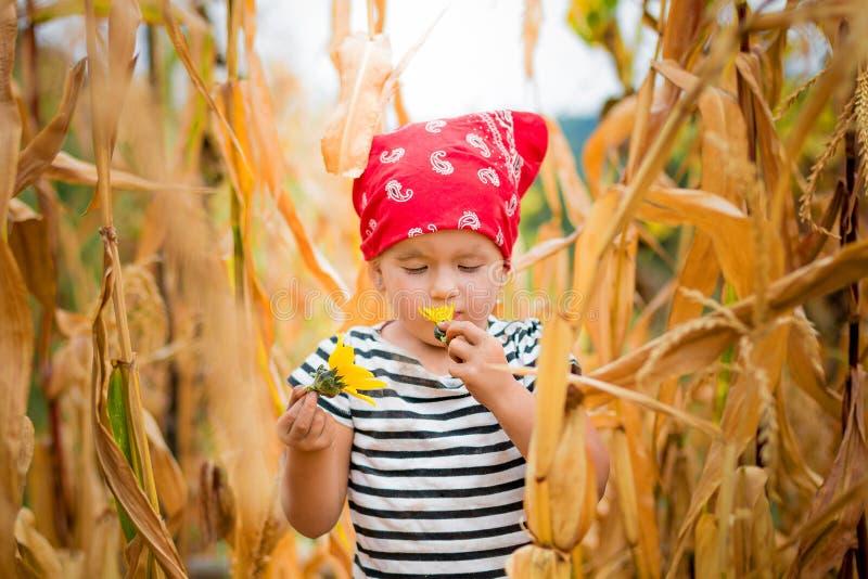 Niño sucio que mira la flor fotos de archivo libres de regalías