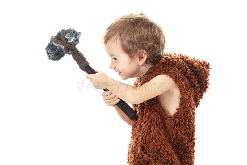 Niño travieso alegre lindo que juega con el hacha aislada en blanco foto de archivo libre de regalías