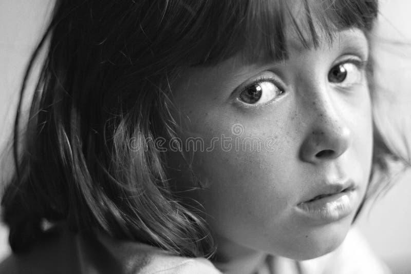 Niño triste, aburrido, que soña despierto imagenes de archivo