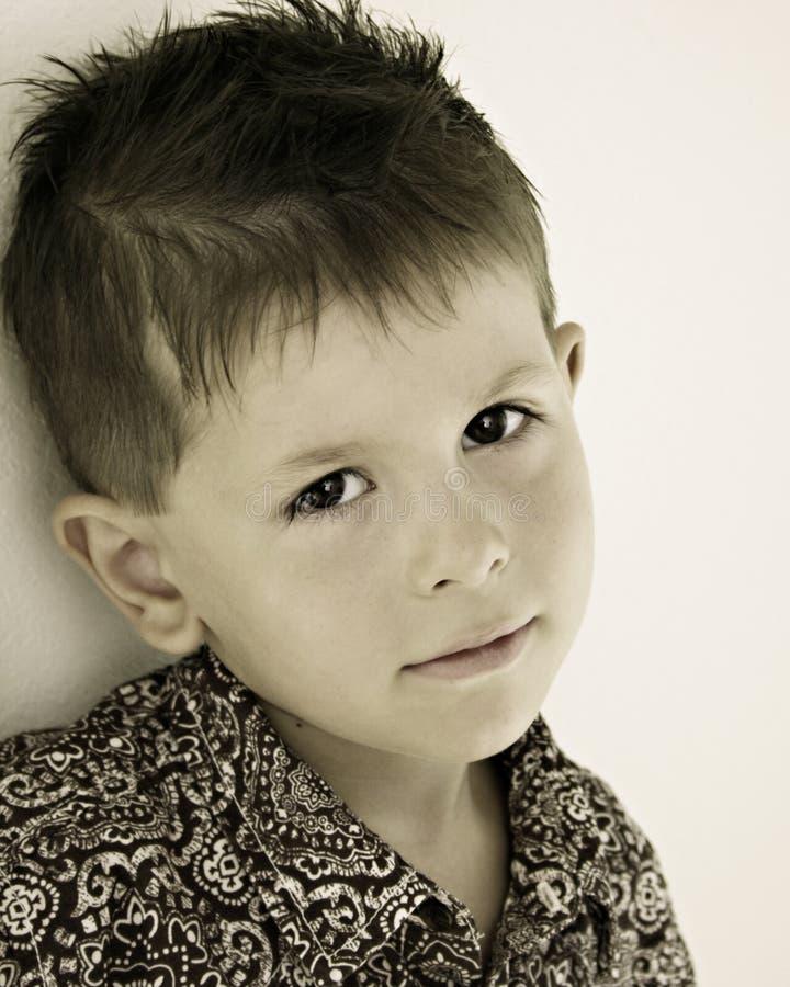 Niño triste, aburrido, que soña despierto imagen de archivo
