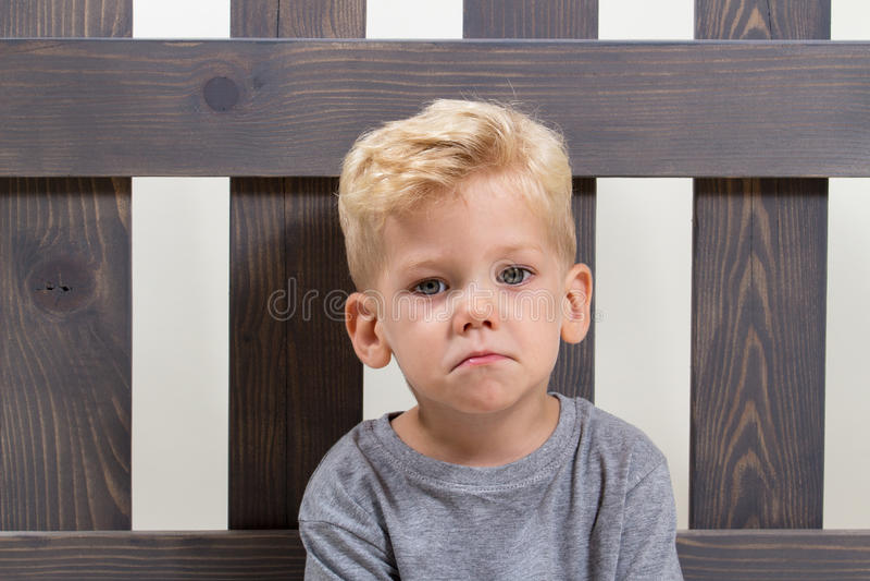 Niño triste del muchacho solamente imagenes de archivo
