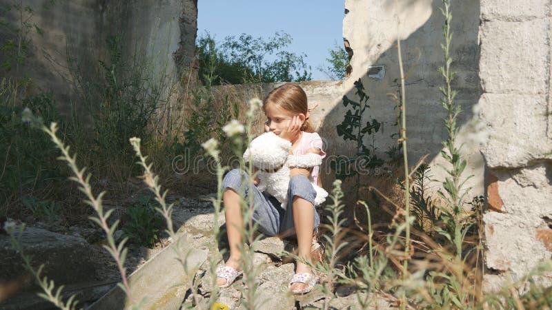 Niño triste infeliz, niño abandonado en la casa demolida, niños sin hogar de la muchacha fotografía de archivo