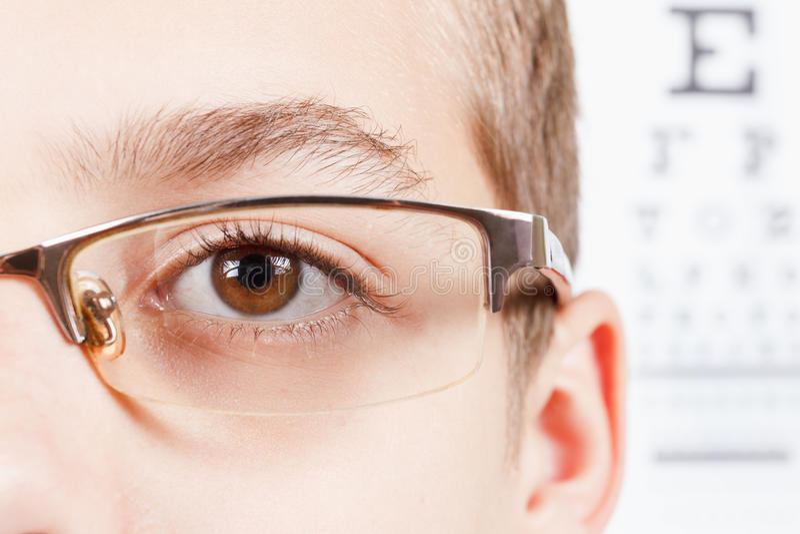 Niño un oftalmólogo Retrato de un muchacho con los vidrios fotografía de archivo libre de regalías
