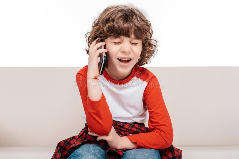 Niño usando smartphone fotografía de archivo libre de regalías