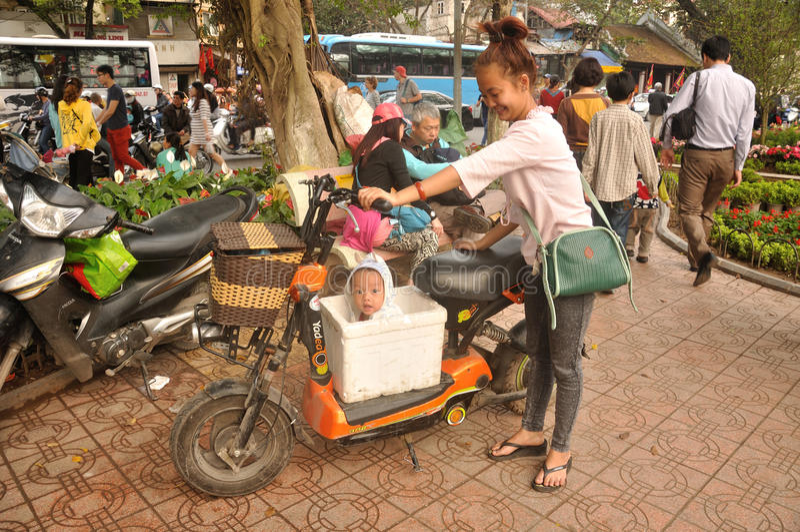 Niño vietnamita en una caja imagenes de archivo