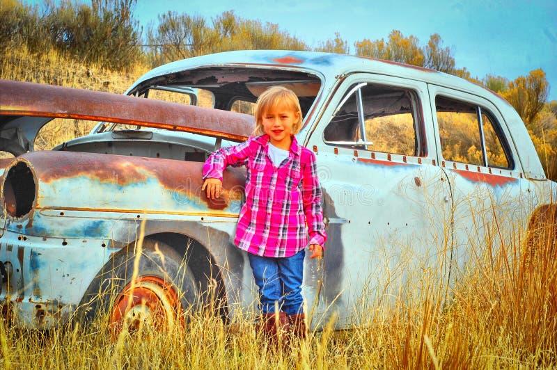 Niño y coche viejo foto de archivo libre de regalías
