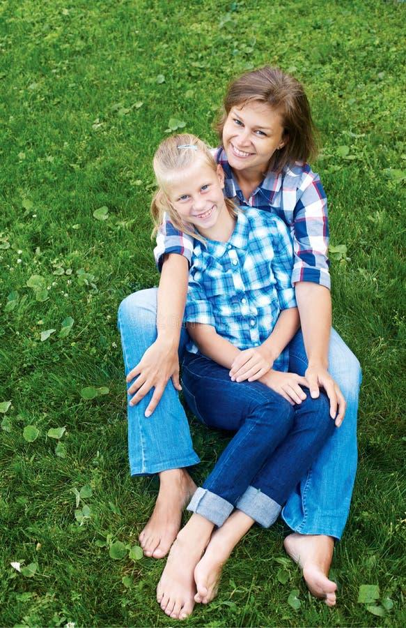 Niño y concepto feliz del padre - abrazo de la madre y de la hija fotos de archivo libres de regalías