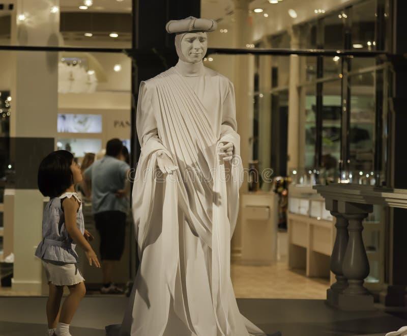 Niño y estatua viva fotos de archivo