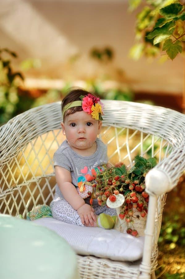 Niño y fresas fotos de archivo