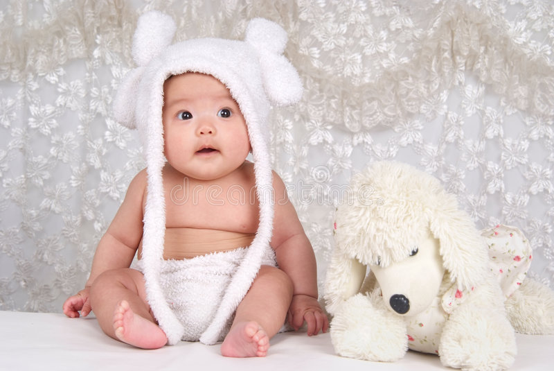 Niño y juguete encantadores foto de archivo