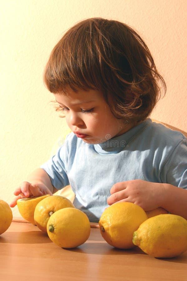 Niño y limones imagen de archivo libre de regalías