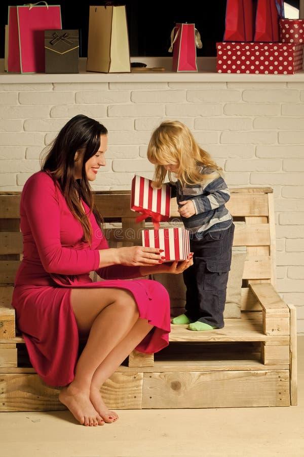 Niño y madre felices de la Navidad con la actual caja foto de archivo