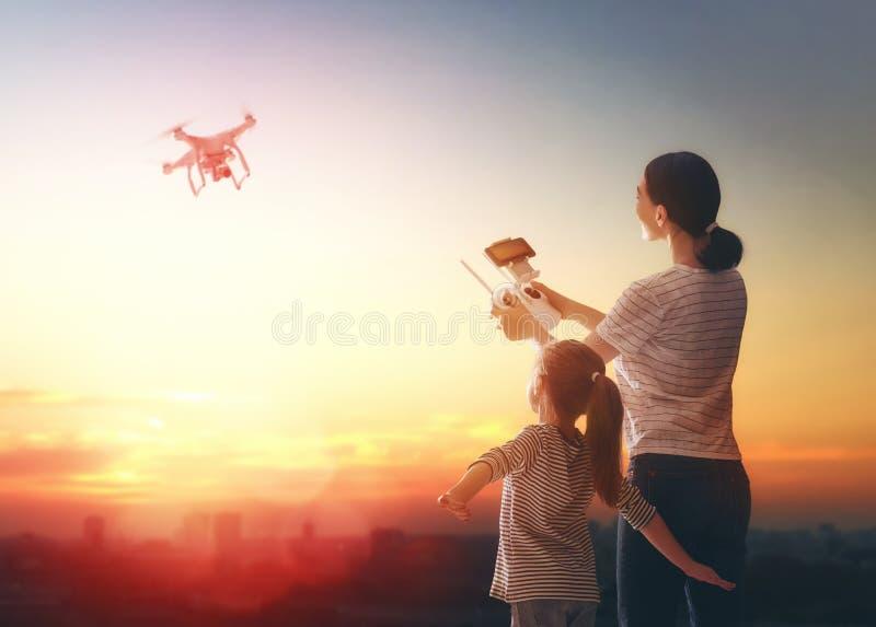 Niño y mamá que juegan con el abejón imágenes de archivo libres de regalías