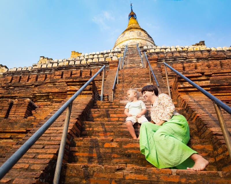 Niño y mamá que suben en la pagoda de Shwesandaw en Bagan myanmar imagen de archivo libre de regalías