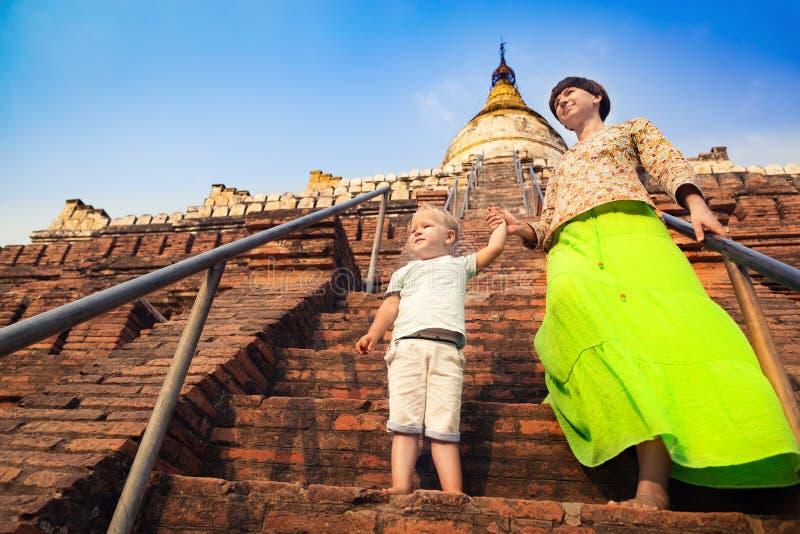 Niño y mamá que suben en la pagoda de Shwesandaw en Bagan myanmar foto de archivo