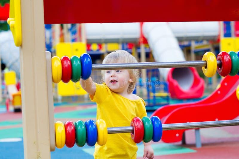 Niño y marco de cuenta colorido foto de archivo