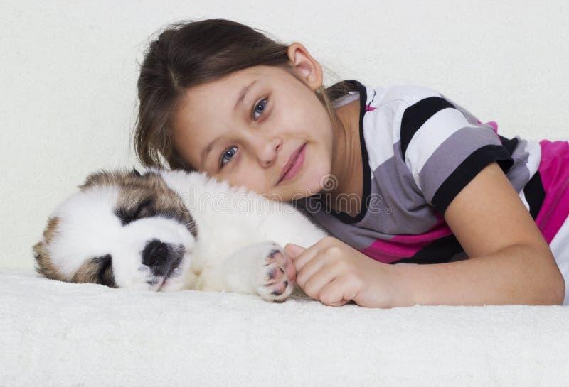 Niño y perrito imagenes de archivo