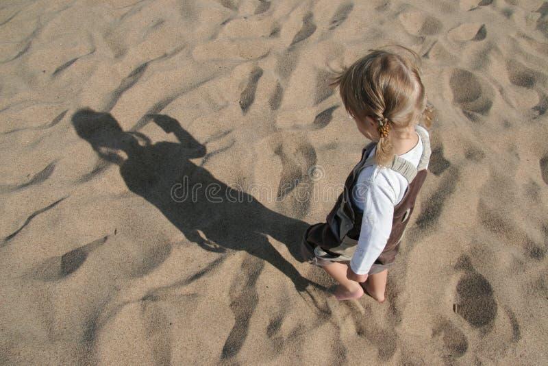Niño y sombra fotografía de archivo