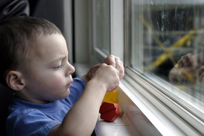 Niño y su atención sin repartir fotografía de archivo libre de regalías