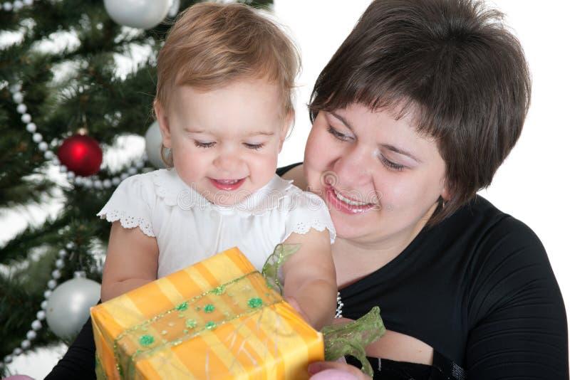 Niño y su mama en tiempo de la Navidad imagen de archivo libre de regalías