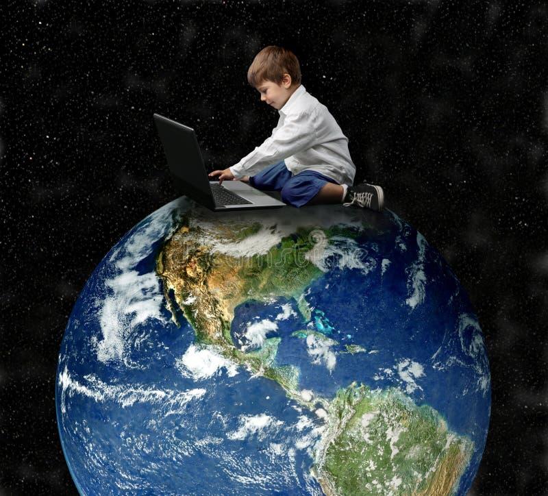 Niño y tierra fotografía de archivo
