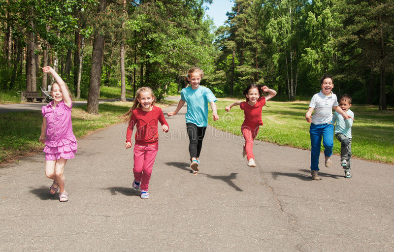 Niños activos felices al aire libre fotografía de archivo libre de regalías