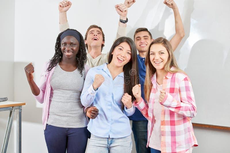 Niños adolescentes que celebran su éxito imagenes de archivo