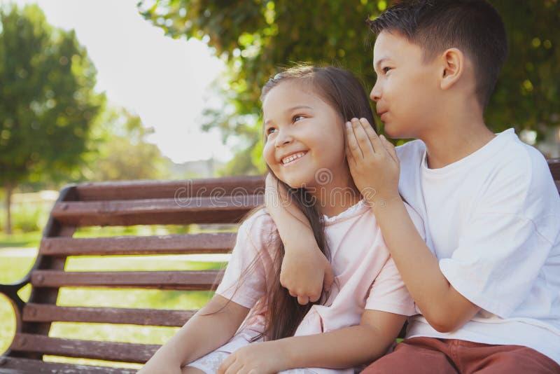 Niños adorables que disfrutan de día soleado caliente en el parque imagen de archivo libre de regalías