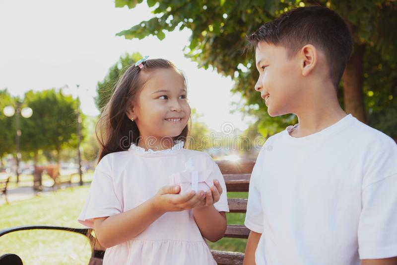 Niños adorables que disfrutan de día soleado caliente en el parque imagen de archivo