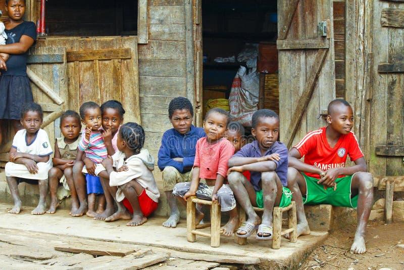 Niños africanos desconocidos que ríen en el pueblo de Malgasy imágenes de archivo libres de regalías
