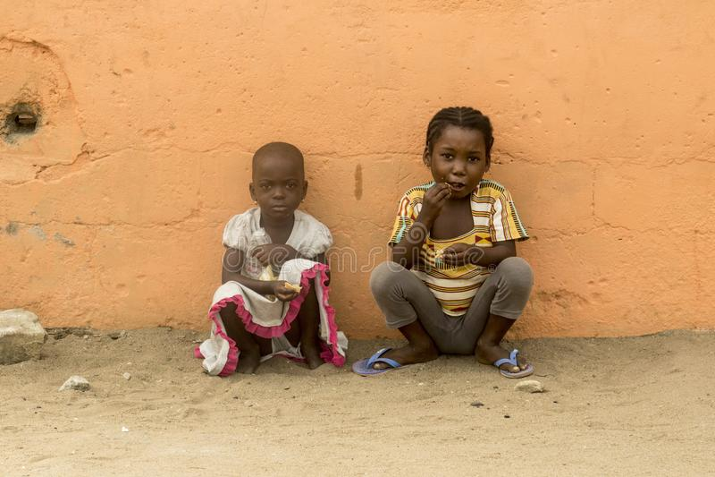 Niños africanos en la calle fotos de archivo