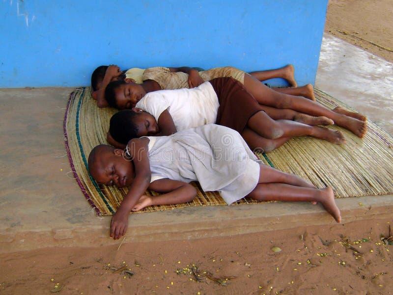 Niños africanos que duermen en el suelo imagen de archivo libre de regalías