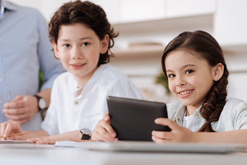 Niños alegres agradables que presentan para la cámara foto de archivo libre de regalías