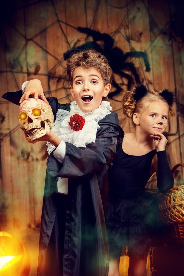 Niños alegres de Halloween foto de archivo