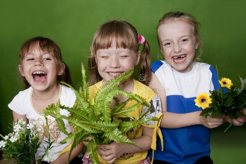 Niños alegres en un verano del jardín de la infancia. fotografía de archivo libre de regalías