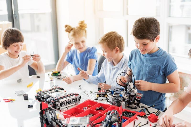 Niños alegres que hacen proyecto junto fotografía de archivo libre de regalías