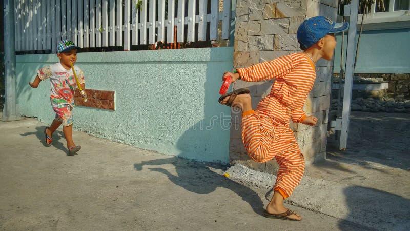 Niños asiáticos que juegan y que corren imagen de archivo libre de regalías