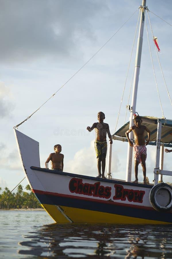 Niños brasileños que se zambullen del barco de río imagen de archivo libre de regalías